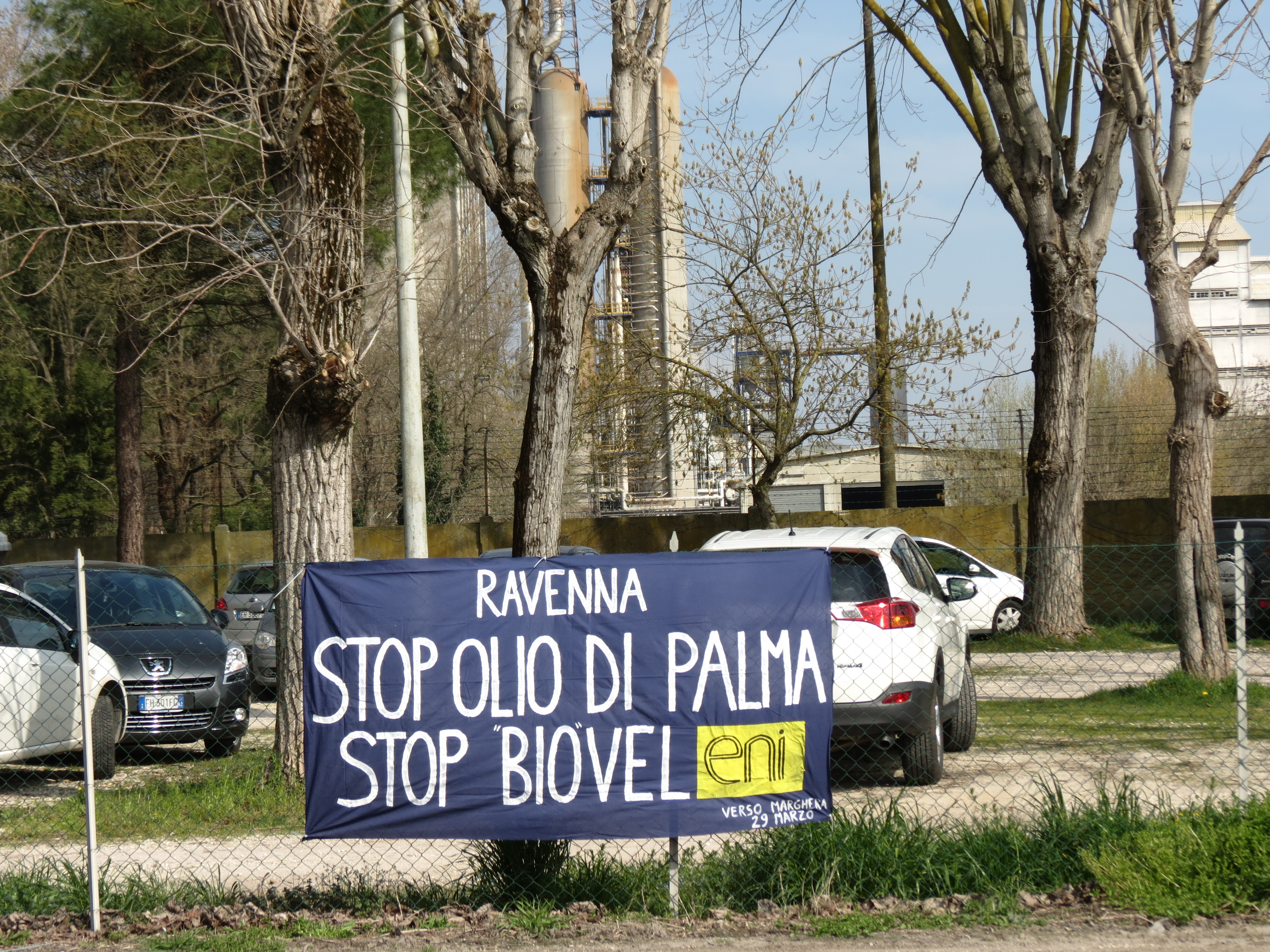 Striscione apparso fuori dallo stabilimento Eni di Ravenna.