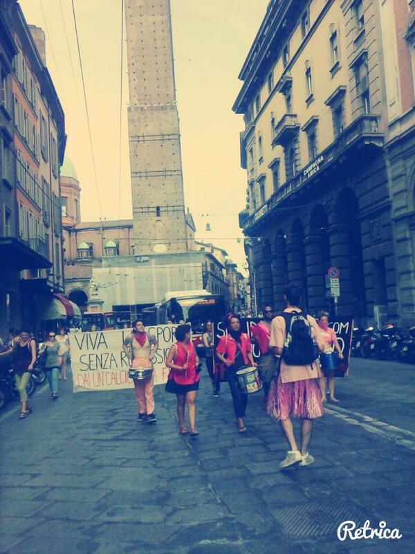 Il blocco pacifico e allego del traffico in via Rizzoli.