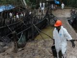 Le barriere di legno e plastica erette per arrestare la discesa del petrolio fuoriuscito dall'oleodotto cedono sotto i colpi delle grandi piogge, facendo scivolare il greggio nei fiumi di Chiriaco e Maranon. Foto: Barbara Fraser