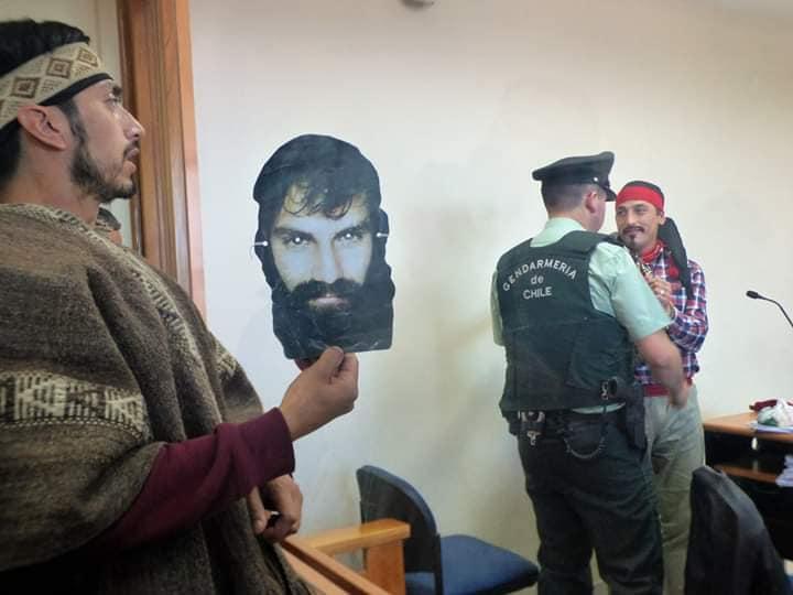 Santiago Maldonado sempre presente! Il fratello di Facundo espone una foto del solidale non Mapuche assassinato dalla gendarmeria argentina nell'estate del 2017 con la complicità dalla multinazionale italiana Benetton